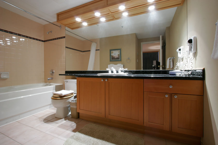 Whistler Woodrun Lodge Bathroom